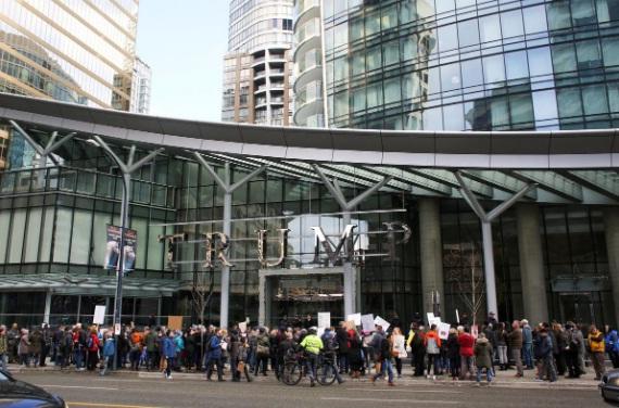 Para pengunjuk rasa memegang spanduk protes selama pembukaan Trump International Hotel and Tower di Vancouver, British Columbia, Kanada 28 Februari 2017. Foto: REUTERS/David Ryder.