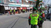 Disiplinkan Warga, Polisi-TNI Gelar Operasi Masker di Pasar Blawi Karangbinangun