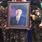 Foto mendiang Robbach Ma'sum yang dibawa oleh salah seorang anggota Banser di Masjid Al-Faqihiyah, Selasa, 22 September 2020. Foto: Ipunk/Progresnews.