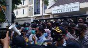 Aksi Protes UU Ciptaker Lamongan Berlangsung Damai di depan Gedung DPRD Lamongan, Kamis 8 Oktober 2020. Foto: Adyad/Progresnews.id.