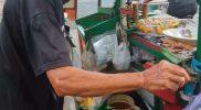 Kisah Kakek Wandi Pedagang Rujak di Alun-alun, Rawat Istri yang Sakit Stroke