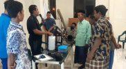 Para siswa sedang memamerkan dua karya nya yakni alat penyemprot tanaman dengan sistem tata surya berbasis Solar Charge, dan alat penyemprot tanaman Smart Filed berbasis control Google Assistent.Foto: Ayu/Progresnews.id.