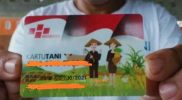 Seorang petani menunjukkan Kartu Tani. Foto: Nadia/Progresnews.id.