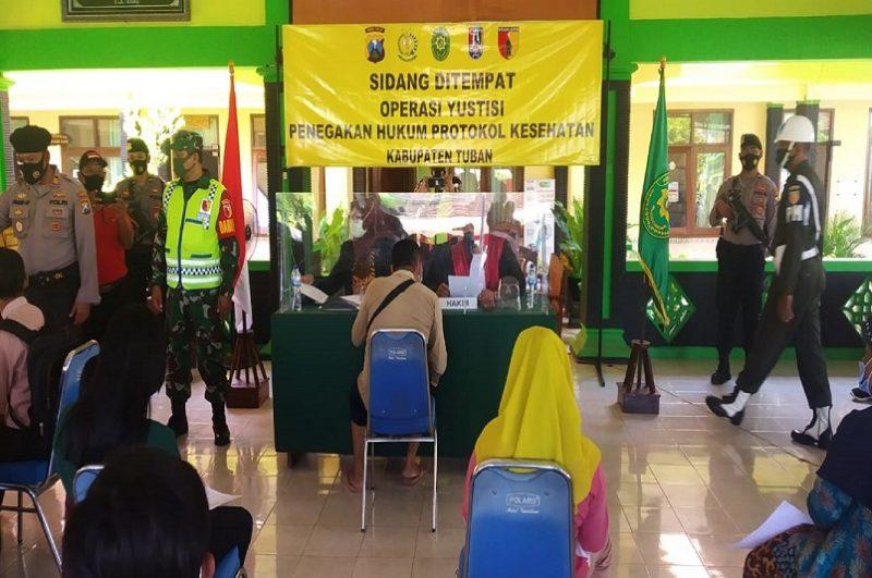 Suasana Operasi Yustisi di Kecamatan Kerek. (ans/progresnews)