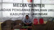 Ketua Bawaslu Lamongan, Miftahul Badar saat ditemui progresnews di Kantor Bawaslu. Foto: Nasih/Progresnews.id.