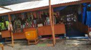 Salah satu spot warung pedagang di area lokasi Wisata Pantai Kutang. Foto: Nasih/Progresnews.id.
