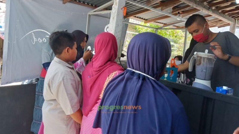 Para pembeli rela mengantri untuk membeli minuman khas Baba Black dan antusias atas pembukaan cabang baru Baba Black di Sidayu, Selasa 6 Oktober 2020. Foto: Ayu Fatma/Progresnews.id.