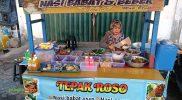 Pemilik Warung Tepak Roso, Ibu Selsi sedang meracik makanan untuk pelanggannya. Foto: Nadia/Progresnews.id.
