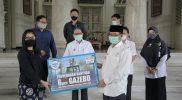 Bupati Tuban saat menerima bantuan dari Perwakilan Indomart bertempat di Pendopo Krido Manunggal, Tuban, Rabu (11/11).