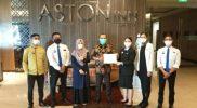 Karyawan Hotel Aston Inn dan Parminta Nugraha berfoto bersama ketika penyerahan sertifikat CHSE dari Kemenparekraf.