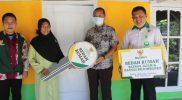 Baznas Bojonegoro secara simbolis menyerahkan kunci bagi masyarakat yang menerima bantuan bedah rumah