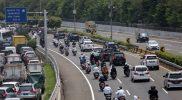 Massa FPI terliht mengendarai motor melalui Jalan Tol saat menjemput Habib Rizieq. Foto: Detik.com
