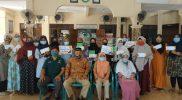 Sesi foto bersama usai Badan Amil Zakat Nasional Kabupaten Gresik telah memberikan bantuan Modal Usaha Kecil (MFP) di Kelurahan Randuagung Kecamatan Kebomas Gresik pada hari Jumat (6/11). Foto: Mudzakkir/Progresnews.id.