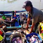 Nelayan Bale Keling mendapatkan sembako pemberian karena sudah membantu, bukan menjarah.