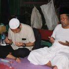 Cabup Yuhronur Efendi saat mengunjungi Gus Muwafiq di kediamannya. (Foto: Nasih/Progresnews.id)