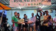 Koordinator relawan Pro JF M. Muslih Muandar saat melakukan serah terima bahan pokok secara simbolis kepada ketua PAC Ansor Cerme