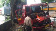 Truk Trailer menabrak pohon di Jalan Raya Bungah, Jumat (18/12).