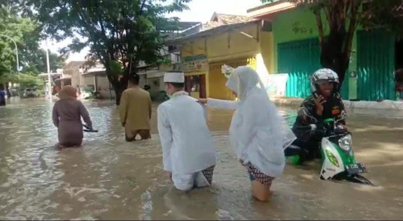 Suasana saat mereka menerjang banjir demi bisa sampai ke KUA