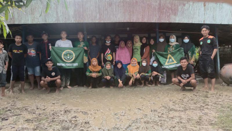 Pelajar NU Benjeng Bantu Bersihkan Lumpur di Rumah Nenek Sebatang Kara