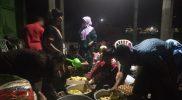 Suasana petugas dapur umum IPNU IPPNU Desa Medangan bersama dibantu warga pada hari Senin (28/12) bakda maghrib, di Balai Dusun Desa Medangan. Foto: mudzakir/progresnews.id.