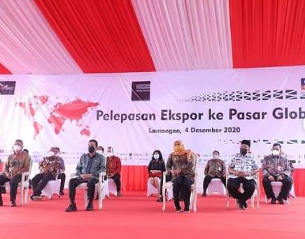 Gubernur Jatim Khofifah bersama Mendag RI dan   Bupati Fadeli serta perwakilan pemilik perusahaan, saat acara Pelepasan Ekspor ke Pasar Global. (Foto: Nasih/ Progresnews,Id)