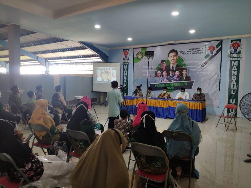 Pemateri menypaikan materi Pesantrenpreneur di ponpes Manbaul Ulum Mojopurogede Bungah, Sabtu (5/12).