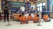 Kapolres Lamongan didampingi Kasreskoba dan Kasubag Humas, saat menunjukan pelaku penyalagunaan narkoba.