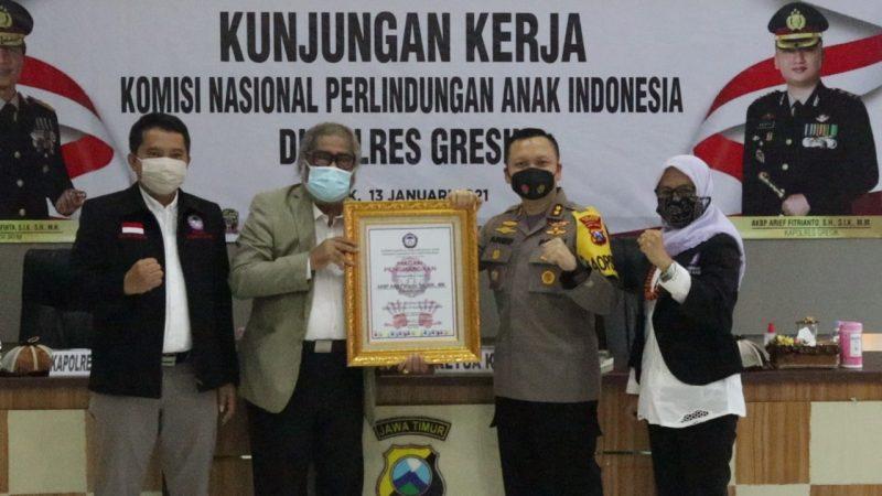 Ketua Komnas PA memberikan penghargaan kepada Kapolres Gresik.