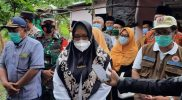 Hj Aminatun Habibah (Bu Min) saat mengunjungi keluarga keluarga korban, Sabtu (30/1).