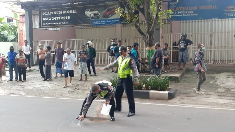 Polres Tuban saat menandai TKP kecelakaan lalu lintas. Foto: Progresnews.id/Ans