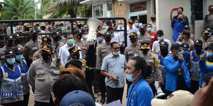 Suasana demo di depan gedung DPRD Kabupaten Lamongan, terlihat Ketua Dewan Legislatif Abdul Ghofur saat menemui pendemo.