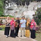 Direktorat Jendral Kemendikbud Hilmar Farid bersama Kades Sekapuk Abduk Halim dalam kunjungannya ke SETIGI