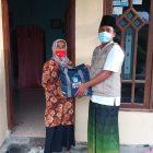 Penyerahan bantuan sembako dari LPBI NU Gresik kepada korban terdampak. Foto: Progresnews.id/Mudzakir