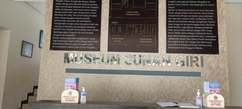 Lobi Museum Sunan Giri Gresik dilengkapi handsanitizer untuk pengunjung selama pandemi. Foto: Nufus/Progresnews.id.