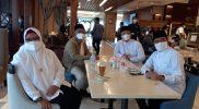 Fandi Akhmad Yani, Aminatun Habibah, Moh. Qosim dan Asluchul Alif terlihat akrab makan di satu meja saat acara penetapan Bupati-Wakil Bupati, Jumat (22/1), di Aston INN Hotel, Gresik.