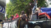 Ratusan massa aksi yang memadati halaman DPRD Lamongan. (Foto: Ammy)