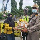 Penyerahan suplemen dari perwakilan SD Muhammadiyah 1 GKB kepada Petugas Operasi Yustisi yang bertempat di GKB, Senin (18/1). Foto: Nufus/Progresnews.id.