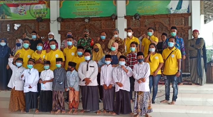 Formagam Bersama Komunitas Warteg Gratis Bagikan Masker untuk Santri