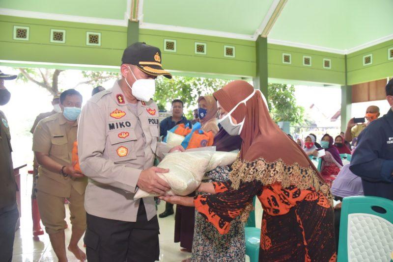 AKBP Miko Indrayana saat turun lapangan susuri wilayah banjir, bertemu dan santuni warga terdampak. (Foto: Istimewa)