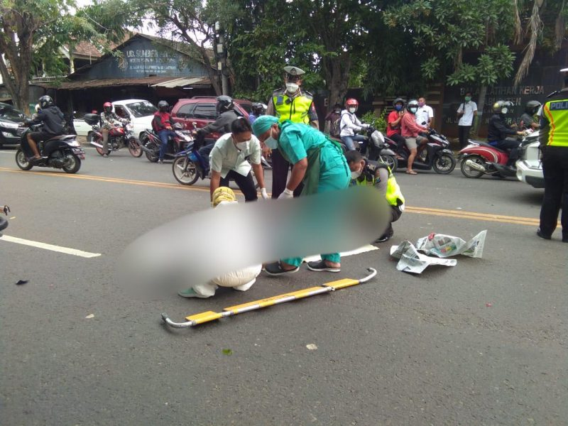 Suasana paca kecelakaan, petusgas saat mengevakuasi korban kecelakaan. Foto:Ammy/Progresnews.id.