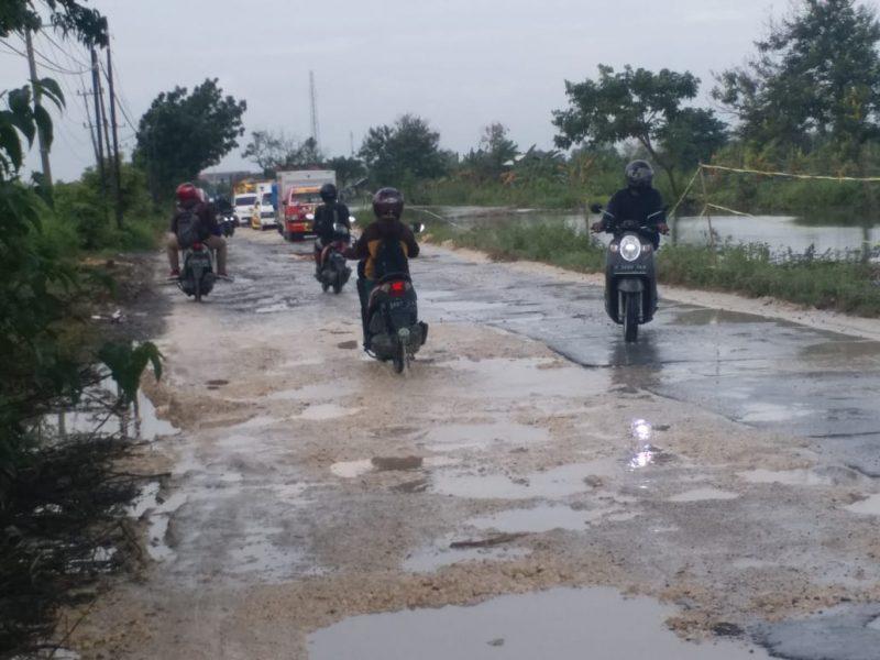 Keadaan jalan rusak di Desa Pucangro Kecamatan Kalitengah Lamongan yang sempat diperbaiki pertengahan Januari Lalu.