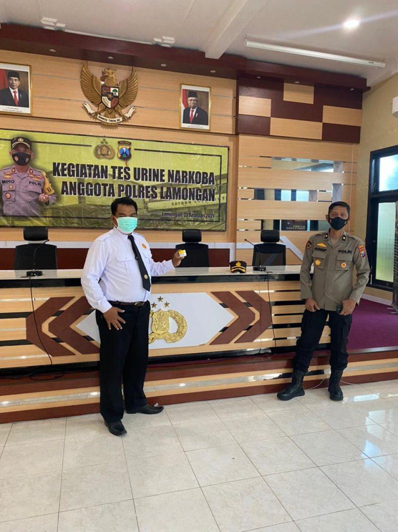 Tim medis dari anggota Polres Lamongan saat melakukan giat tes urine ke anggotanya. Foto: Ammy/Progresnews.id.