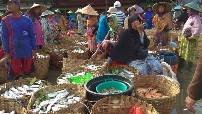 Suasana penjual ikan air tawar di Pasar Ikan Lamongan.