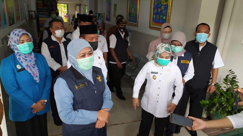 Khofifah Indah Parawansa seusai menyaksikan vaksinasi tahap ke-2 untuk tenaga kesehatan di Puskesmas Mantup Lamongan.