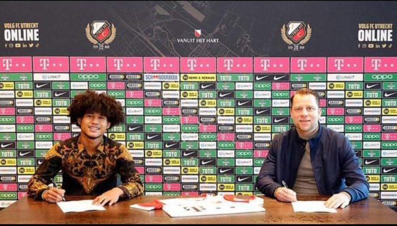 Bagus Kahfi saat menandatangani kontrak bersama FC. Utrecht. Foto: Dok. FC Utrecht