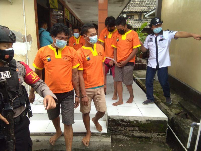 Belasan tersangka yang terbukti mengedarkan barang haram di glandang Satuan Reserse Narkoba Polres Lamongan seusai konfrensi pers. (Foto : Ammy).