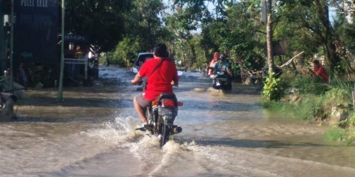 Banjir menggenangi jalan poros yang melintang di Desa Kemlagilor Kecamatan Turi Lamongan. Foto: Istimewa.
