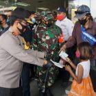 Kapolda Jatim, Pangdam V Brawijaya dan Forkopimda Jatim saat meninjau penerapan PPKM di Pasar Grosir Surabaya, Senin (1/2).
