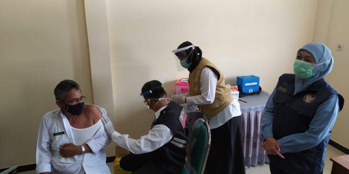Vaksinasi dosis kedua kepada tenaga medis di Puskesmas Mantup. Foto: Ammy.