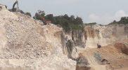 Aktivitas galian C di kawasan wisata Kecamatan Paciran Lamongan. (Foto: Progresnews.id/Ammy)